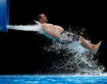 Мужчина вылетает из трубы аквапарка