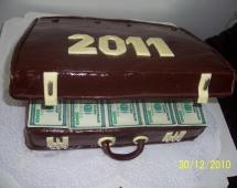 Торт в виде денежного чемодана