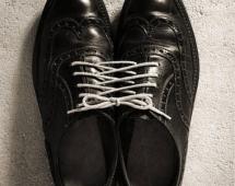 Ботинки, связанные шнурками