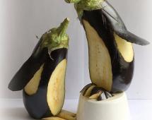 Идеи декорирования пингвина из баклажана