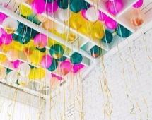 Украшение шариками потолка с балками