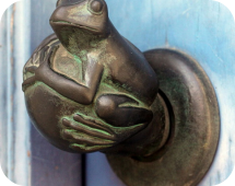 Круглая дверная ручка с лягушонком