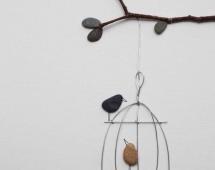 Птичка в клетке - сделанная из камней