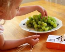 Берём виноград и зубочистки